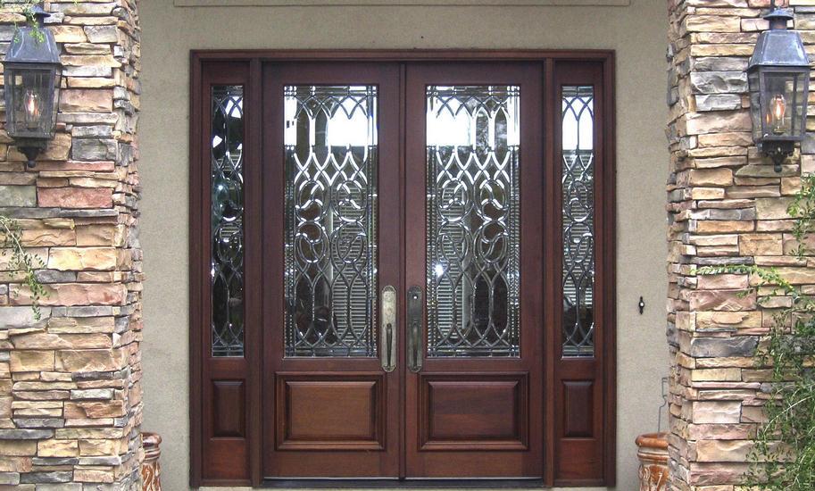 дома с витражами входных дверей