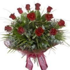 Enticing bouquet of dozen long stemmed roses